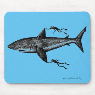 Le requin et les plongeurs de Megalodon Tapis De Souris