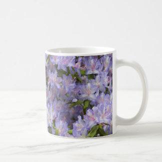 Le rhododendron pourpre fleurit tasse de café