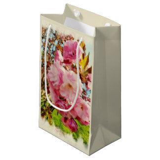 Le rose fleurit le petit sac de cadeau