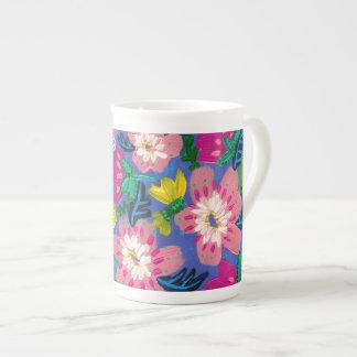 Le rose fleurit tasse de porcelaine tendre