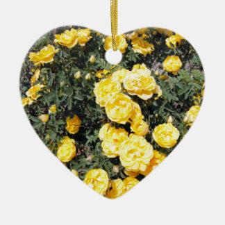 Le rose jaune ensoleillé fleurit l'autobus ornement cœur en céramique