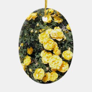 Le rose jaune ensoleillé fleurit l'autobus ornement ovale en céramique