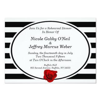 Le rose rouge sur noir et le blanc barre le dîner carton d'invitation  12,7 cm x 17,78 cm