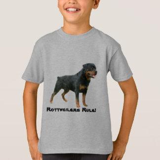 Le rottweiler badine le T-shirt