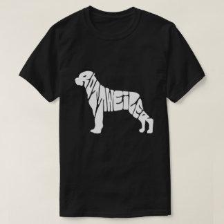 Le rottweiler marque avec des lettres le T-shirt
