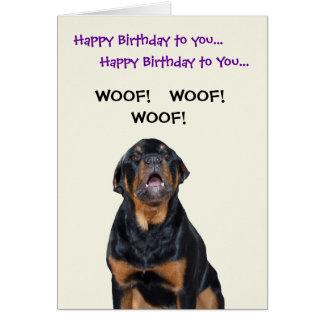 Le rottweiler voit la carte d'anniversaire de