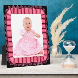 Le ruban rose avec le cadre de dentelle ajoutent plaques d'affichage