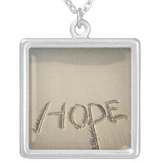 """Le sable de """"espoir"""" de mot écrit sur la plage collier"""