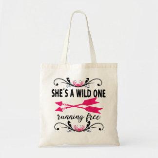 Le sauvage avec le sac fourre-tout des femmes de