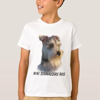Le Schnauzer miniature badine le T-shirt