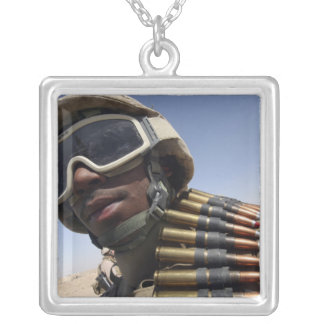Le soldat de première classe attend son tour collier
