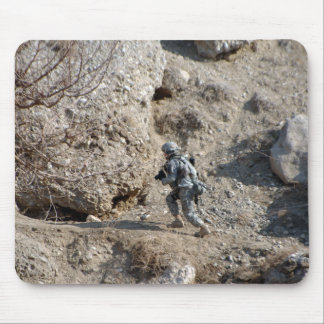 le soldat marche vers le haut du côté d'une tapis de souris