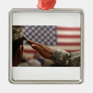 Le soldat salue le drapeau des Etats-Unis Ornement Carré Argenté
