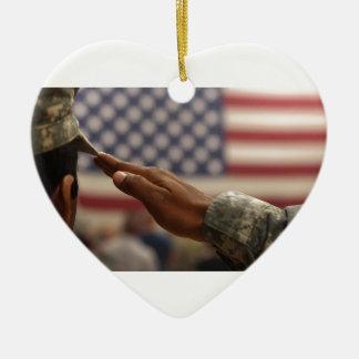 Le soldat salue le drapeau des Etats-Unis Ornement Cœur En Céramique