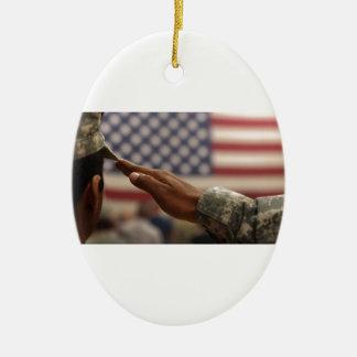 Le soldat salue le drapeau des Etats-Unis Ornement Ovale En Céramique