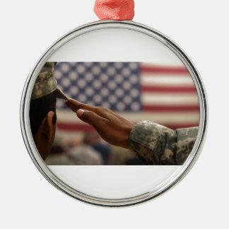 Le soldat salue le drapeau des Etats-Unis Ornement Rond Argenté