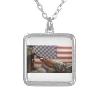Le soldat salue le drapeau des Etats-Unis Pendentif Carré