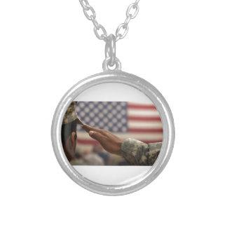 Le soldat salue le drapeau des Etats-Unis Pendentif Rond