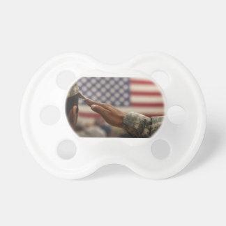 Le soldat salue le drapeau des Etats-Unis Sucette Pour Bébé