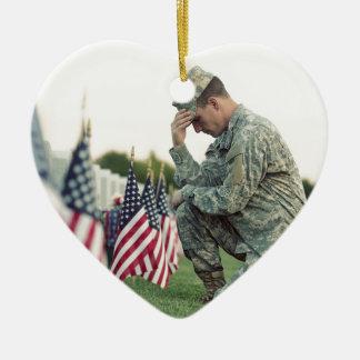 Le soldat visite des tombes le Jour du Souvenir Ornement Cœur En Céramique