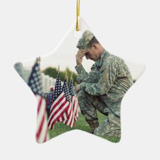 Le soldat visite des tombes le Jour du Souvenir Ornement Étoile En Céramique