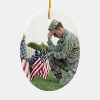 Le soldat visite des tombes le Jour du Souvenir Ornement Ovale En Céramique
