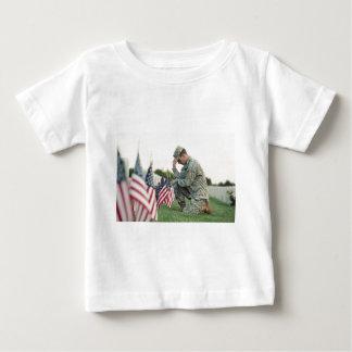 Le soldat visite des tombes le Jour du Souvenir T-shirt Pour Bébé
