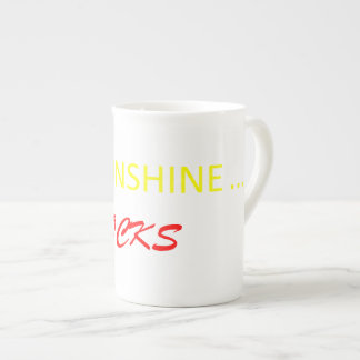 Le soleil bascule la tasse de café