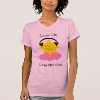Le soleil heureux de nuage rose avec le T-shirt