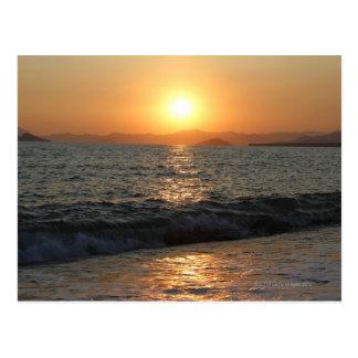 Le soleil place sur une belle gamme de montagne, carte postale