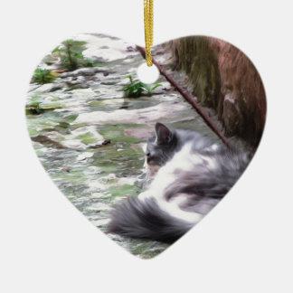 Le sommeil pelucheux de chat se tapissent sur le ornement cœur en céramique