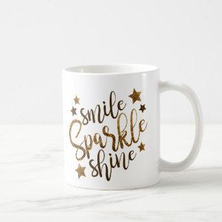 Le sourire, étincelle, brillent la tasse de café