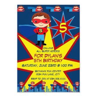 Le super héros badine le bleu d'invitation de fête