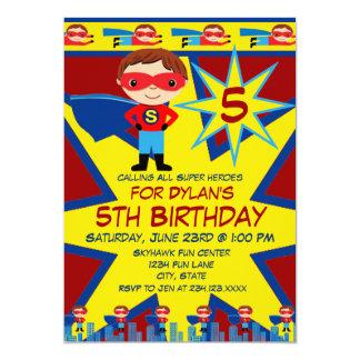 Le super héros badine le rouge d'invitation de