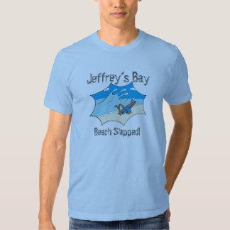 Le surfer giflé par plage de la baie de Jeffrey T-shirts