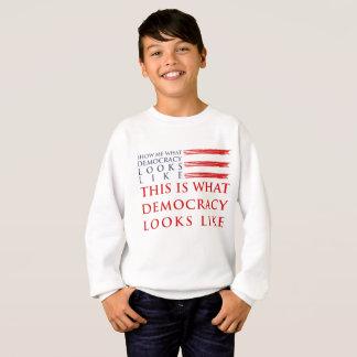 Le sweatshirt du garçon de démocratie