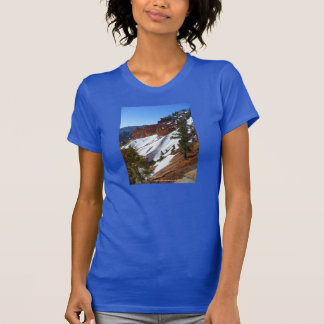 Le T-shirt bleu des femmes de pente de Milou