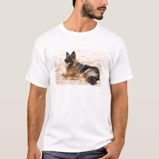 Le T-shirt de berger allemand des hommes de repos