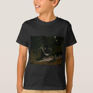 Le T-shirt de deux enfants foncés d'alligators