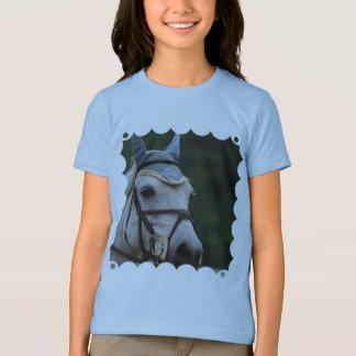 Le T-shirt de la fille blanche mignonne de poney