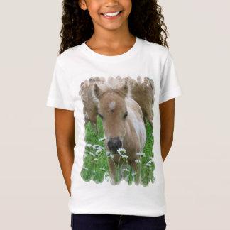 Le T-shirt de la fille sentante de marguerites de