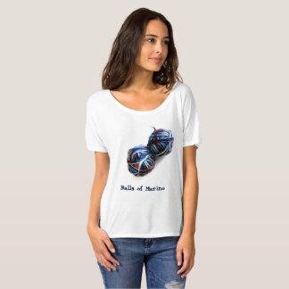 Le T-shirt de la tricoteuse avec des boules de fil