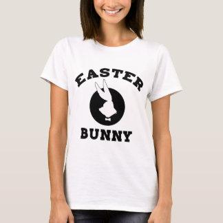 Le T-shirt de lapin de Pâques carde des cadeaux