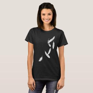 Le T-shirt des femmes avec les plumes en baisse