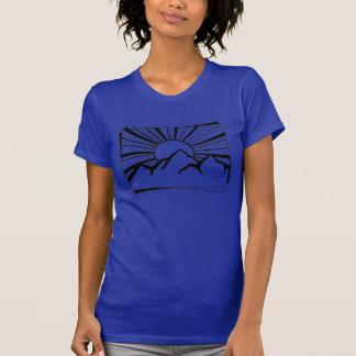 Le T-shirt des femmes de logo de montagne de
