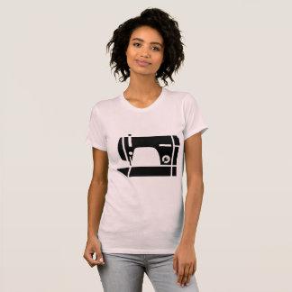 Le T-shirt des femmes de machine à coudre