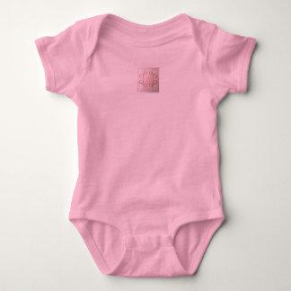 Le T-shirt du bébé rose et crème le plus mou