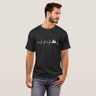 Le T-shirt foncé de base de tente des hommes
