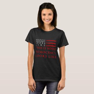 Le T-shirt foncé de base des femmes de démocratie