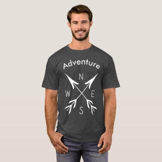 """Le T-shirt foncé de base des hommes de """"aventure"""""""